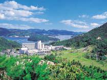 グリーンピアせとうち遠景。海と山に囲まれた高台に建つリゾートホテル。