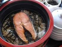 自家製のオリジナルダシもぜひ味わってほしいジャンボ鮭茶漬け(イメージ)