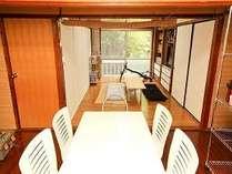 キッチンのテーブルからリビングにかけての画像です。広々したリビング&キッチンテーブルです