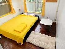 イエローのお部屋ダブルサイズおベットで「角部屋」なので窓が2つの明るいお部屋です。