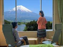 窓一面に広がる雄大な富士山