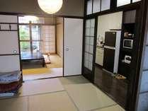 1階台所と座敷をみる。IHコンロで調理ができます。