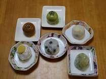 来店時に餅寅の和菓子をサービスいたします。(お一人様1個)季節により内容はかわります。