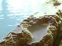 湯船を飾る芸術。乳白色の湯が創る淵模様です。