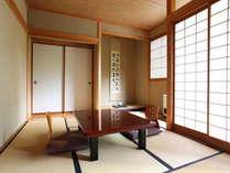 【本館/和室】周辺を白樺に囲まれた全10室のお宿。昔ながらの静かな時間の中でお過ごしいただけます。