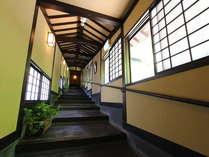 温泉までの長い階段も雰囲気を大切に、和を基調に静寂間のある空間。