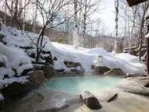 白濁の良質な硫黄泉を雪見露天でお楽しみ下さい。
