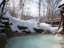 白樺、白い雪、白濁の良質な硫黄泉。