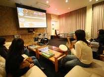 巨大スクリーンでのゲーム、映画、テレビは迫力満点!ラウンジには遊び道具が沢山!
