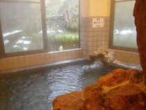 <浴場>身体の芯まで暖かさが残るお風呂。自然を眺めながらゆっくりとご入浴頂けます。
