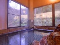 *大浴場/身体の芯まで暖かさが残るお風呂。自然を眺めながらゆっくりとご入浴頂けます。