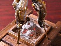 *鮎の塩焼き(お夕食一例)/炭火の囲炉裏で、できたてアツアツの鮎の塩焼きをお召し上がり下さい。
