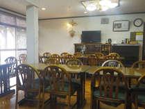*食堂/夕朝のお食事はこちらでお召し上がり下さい。明るい空間です。