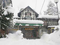 *冬の外観/「戸狩温泉スキー場」徒歩1分!冬はスキー&スノボの温泉宿としてご利用下さい♪