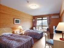 【洋室】ログ調のツイン。22平米プライベート空間として快適さに包まれた空間。