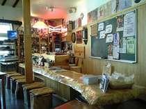 バーカウンターは4.5mのトチノキ。バックバーの黒板でイベントやオススメのお酒、おつまみをチェック!