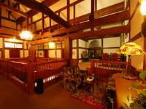 太い梁、アンティーク家具や照明がシックな館内