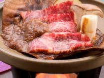 """ご夕食の一例(産地・岐阜県から直送で取り寄せている黒毛和牛""""飛騨牛""""肩ロースの朴葉焼)"""