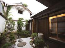 庭の奥には昔ながらの蔵が見え、風情たっぷり