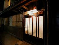 歴史を感じさせる京町家らしい外観