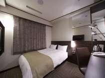 プレミアムダブルルーム(写真は喫煙ルーム)落ち着いたシックなイメージのお部屋です