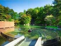 【露天風呂 浮湯】森の風、滝の音、四季の移ろい、まるで水に浮いているような斬新な意匠。