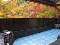 露天風呂からみる紅葉風景