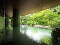 梵天の湯(露天風呂)湯船に横たわって温泉に身をゆだねる寝湯はリラクゼーション効果が期待できます。