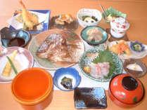 【夕食一例】鯛のあら煮をメインに、旬の食材を使用した品々をご用意!