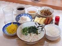 無料朝食(うどん、ご飯、一品物3種、ふりかけ、漬物、お茶)