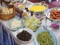 【バイキングメニュー】サラダ、一品もの、お肉、魚、うどん、ご飯、味噌汁、パンなど