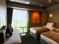 お部屋に備えられた色彩豊かな襖(ふすま)は、高山の自然の情景をモチーフにしています。