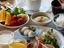 一日の始まりにホタテの刺身、おこっぺ牛乳などの地元食材が並ぶ朝食をお召し上がり下さい。