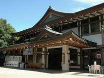 【御室会館外観】御室会館は仁和寺東門をくぐってすぐ左側です。