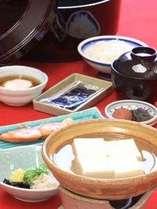 朝食(イメージ)炊きたてご飯に湯豆富、焼き魚などボリューム満点の京和食です。