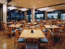 *【レストラン】ガラス張りで解放感のあるレストランで、ゆっくりお食事を。