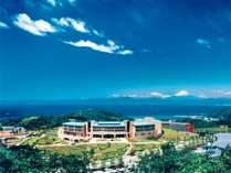*【施設外観】青い空がよく似合う当施設。天気のよい日は富士山も眺望できます