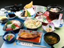 【夕食一例】旬の素材と海の幸をふんだんに使用した名物料理