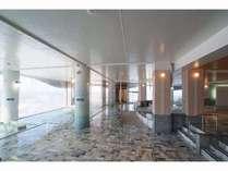 翡翠大浴場の床や壁面に約7割の天然翡翠を使用しています。