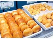 朝食マルスコイの焼きたてパンは6種類ほどあります