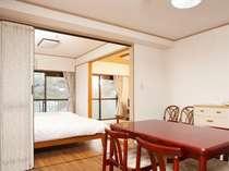 【和洋室】ベッドが二つある洋室と和室があります