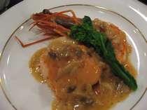 帆立と海老と旬の魚のクリーム煮。一番人気の一皿です。