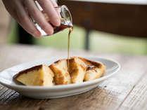 朝食:「ふわトロ」なフレンチトーストは自慢の一品です。シロップとジャムを掛けてお召し上がり下さい。
