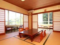 和室10畳◇トイレ付き。天気が良い日には窓から厚木の爽やかな緑が望めます。