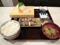 ◆夕食付きプラン一例「イカ刺し、串焼き3種、小鉢、漬物」ご飯・味噌汁お変わりご自由。いくら丼でもOK