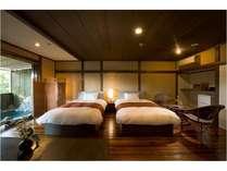 ベッドルームのすぐ横には岩風呂が