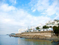 【外観】海に囲まれた600平米の敷地に建つ白亜の邸宅。ありそうでなかった、味な葉山の楽しみ方。
