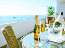 テラスで海と降り注ぐ太陽に乾杯