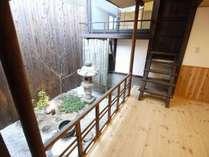 七宝庵の最大のこだわり、家の中心にある坪庭。ゆっくりと流れる伏見の時間をお楽しみください。