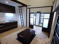 中二階部分を取り払う大胆な改修で町家の閉塞感を払拭。高い天井が開放的です。